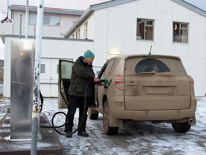 Djúpavík. Finally back in Djúpavík but driving very next to the north! - Roland filling up the car. Originally the car had a different color I think... (31 December 2010)