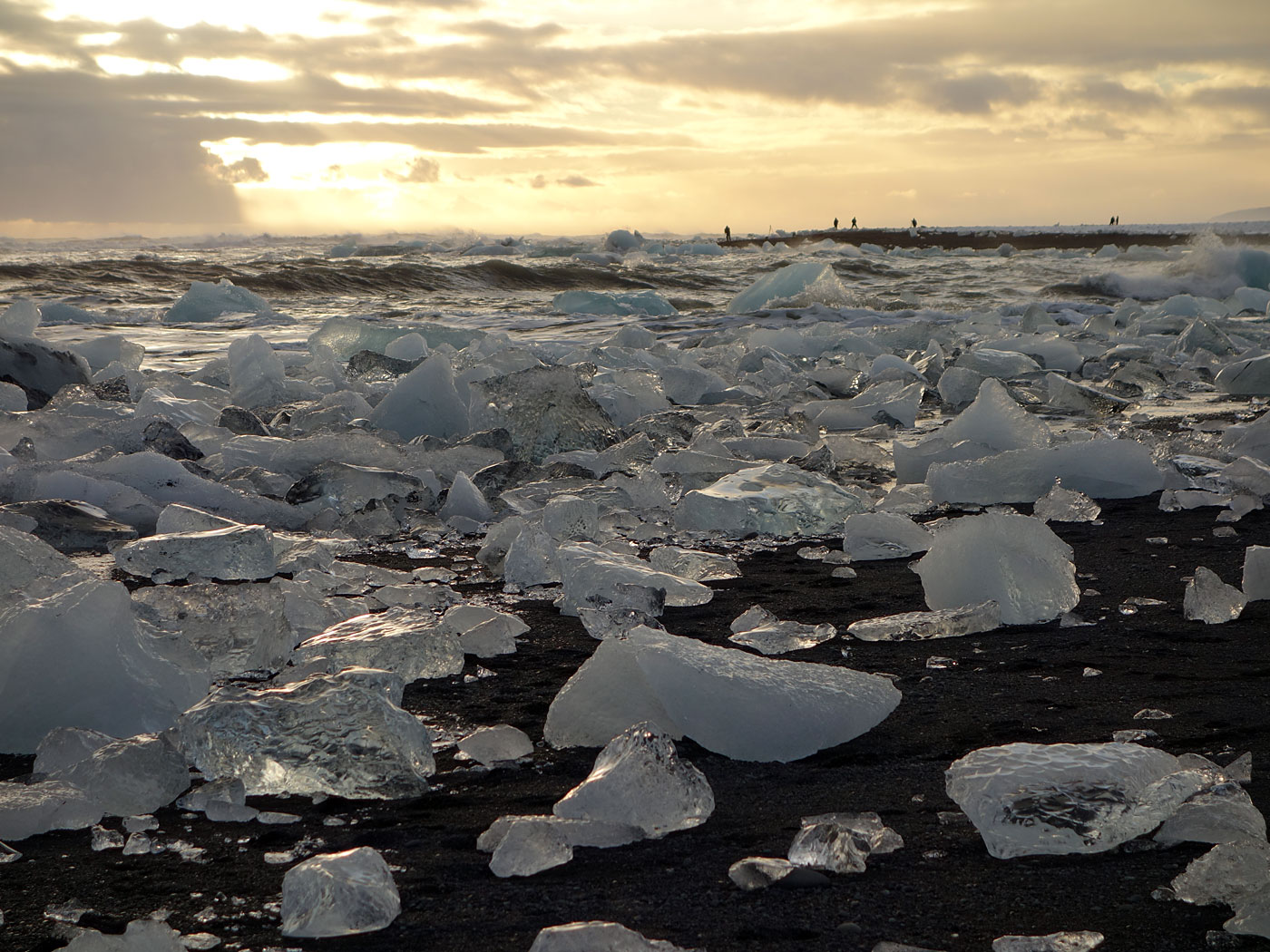 Jökulsárlón. Ice. I. - ... galcier lagoon <a href='http://en.wikipedia.org/wiki/J�kuls�rl�n' target='_blank' class='linksnormal'>Jökulsárlón</a>, beach. But first to the beach where blocks of ice drifted back to the beach. (16 November 2013)